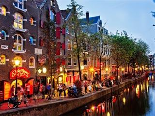 شهر دوچرخه، ساختمانهای آجری قرمز و کانالهای آبی. نویسنده: رحیمه زرگر