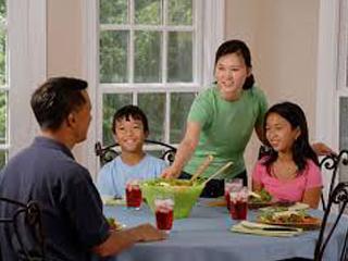 به این دلایل همراه با خانواده غذا بخورید!